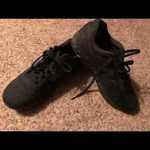 Men's New Balance black tennis shoes
